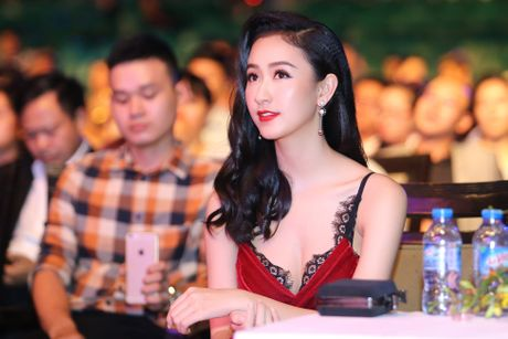 Nguoi dep Ha Thu, Dieu Linh goi cam voi sac den - do - Anh 8