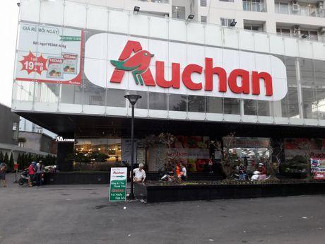 Sieu thi Auchan bi nguoi tieu dung khieu nai ban hang het han su dung - Anh 1