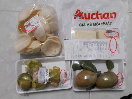 Sieu thi Auchan bi nguoi tieu dung khieu nai ban hang het han su dung - Anh 2