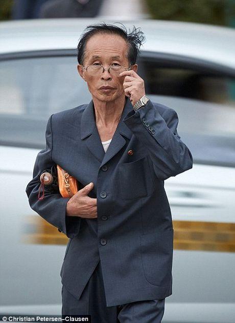 'Ven man' cuoc song cua gioi tinh hoa Trieu Tien (video) - Anh 11