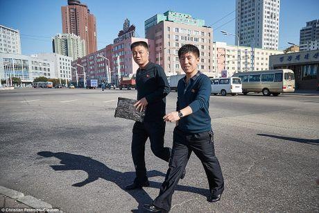 'Ven man' cuoc song cua gioi tinh hoa Trieu Tien (video) - Anh 13