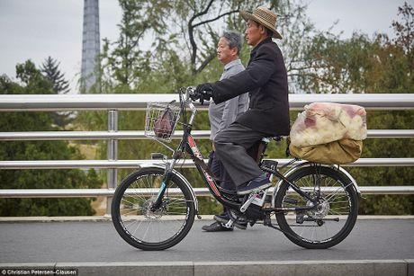 'Ven man' cuoc song cua gioi tinh hoa Trieu Tien (video) - Anh 16