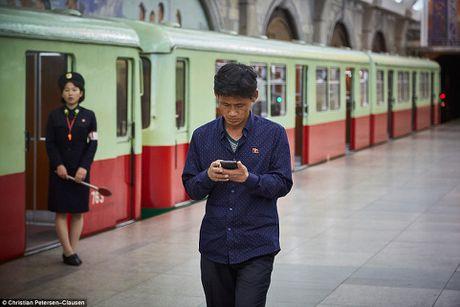 'Ven man' cuoc song cua gioi tinh hoa Trieu Tien (video) - Anh 6