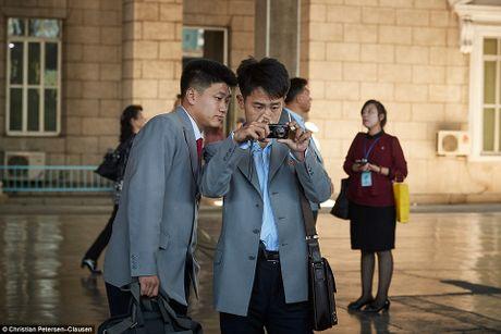 'Ven man' cuoc song cua gioi tinh hoa Trieu Tien (video) - Anh 8