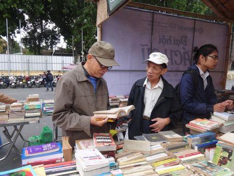 20 tan sach cu dang duoc bay ban tai 'Dai hoi sach cu Ha Noi lan thu V' - Anh 6