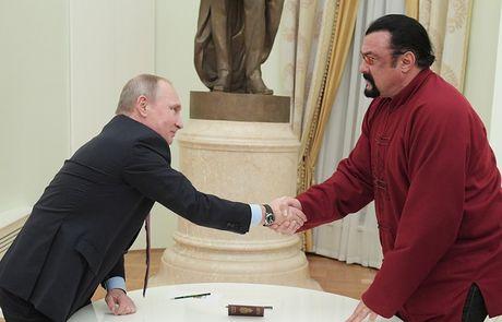 Putin trao ho chieu Nga cho sao Hollywood - Anh 1