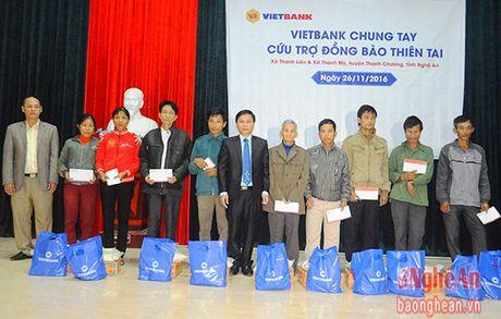 Trao tang 100 suat qua cho cac ho dan vung lu Thanh Chuong - Anh 1