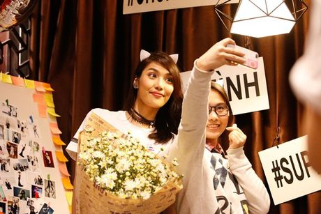Lan Khue 'dung hinh' khi bi fan Ha Noi 'chat chem' - Anh 13