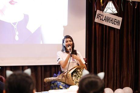 Lan Khue 'dung hinh' khi bi fan Ha Noi 'chat chem' - Anh 7