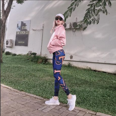 Phong cach thoi trang chang thua kem fashionista nao cua 'ban gai' Son Tung - Anh 11