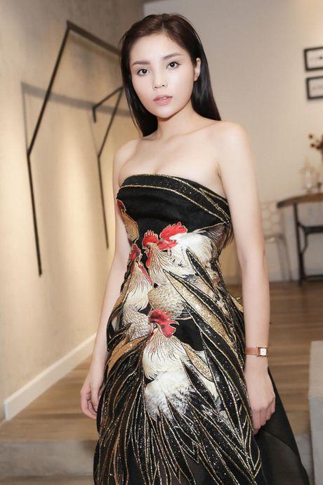 Hoa hau Ky Duyen tiep tuc tan cong san catwalk - Anh 6
