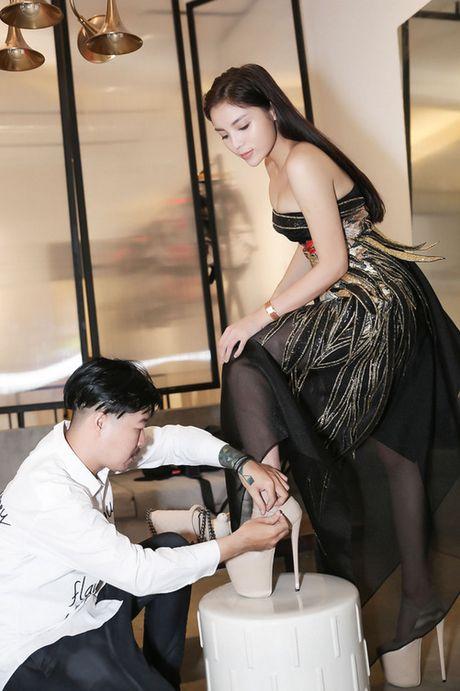 Hoa hau Ky Duyen tiep tuc tan cong san catwalk - Anh 9