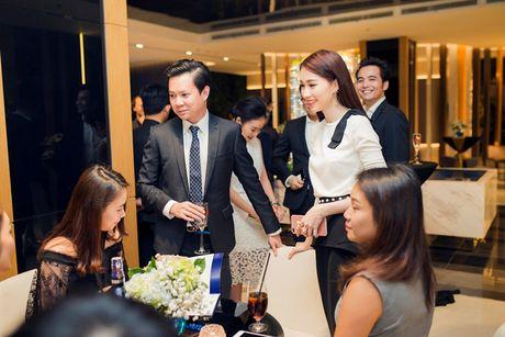 Hoa hau Dang Thu Thao an can lo lang cho ban trai tai su kien - Anh 3