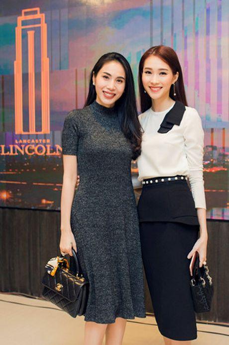 Hoa hau Dang Thu Thao an can lo lang cho ban trai tai su kien - Anh 6