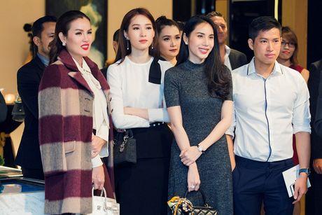 Hoa hau Dang Thu Thao an can lo lang cho ban trai tai su kien - Anh 8