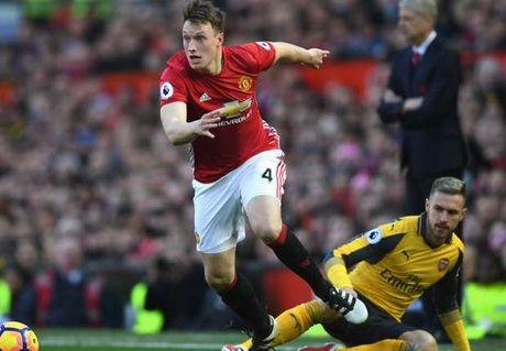 Phil Jones tung khien Mourinho e ngai - Anh 1