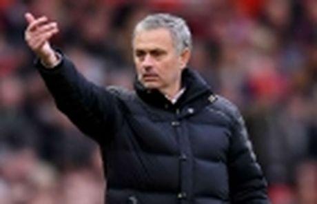 Phil Jones tung khien Mourinho e ngai - Anh 4