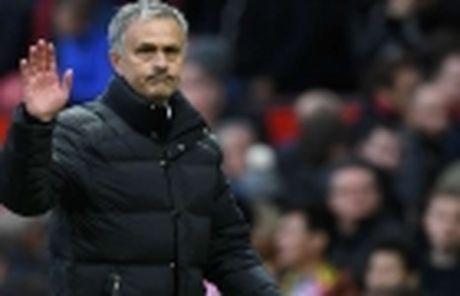 Phil Jones tung khien Mourinho e ngai - Anh 5