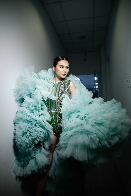 Thanh Hang khoac ao voan hang chuc kg, khoe chan ngoc nga 1m12 - Anh 4