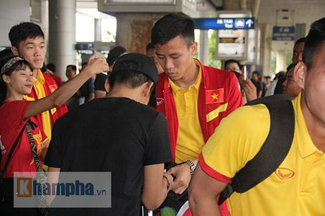 Sap da ban ket AFF Cup, DT Viet Nam bi fan quay kin o san bay - Anh 2