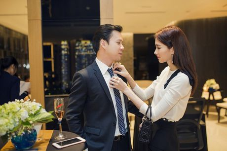Hoa hau Dang Thu Thao tinh tu cham soc ban trai o tiec sinh nhat Thuy Tien - Anh 3