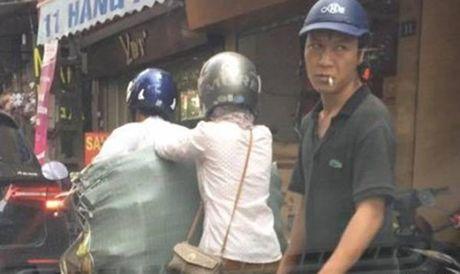 Video 'hot' nhat tuan: Dung dung nhin ga dan ong moc tui giua pho Ha Noi - Anh 1