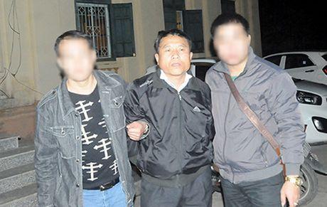 Bat nhom doi tuong van chuyen 300 banh heroin bang can nhua - Anh 1