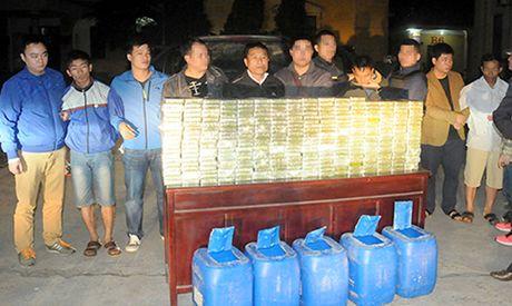 Bat nhom doi tuong van chuyen 300 banh heroin bang can nhua - Anh 2