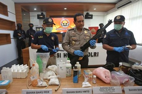 Indonesia bat nghi pham am muu danh bom Dai su quan Myanmar - Anh 1