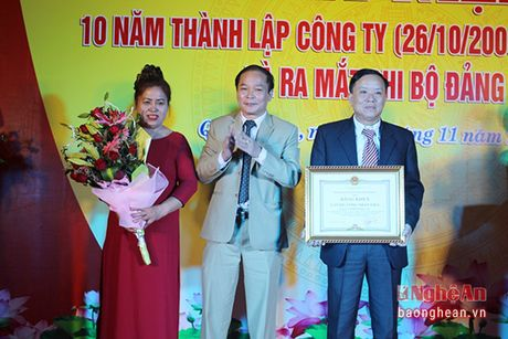 Nong dan sang che may duc gach khong nung duoc nhan Bang khen cua Chu tich tinh - Anh 1
