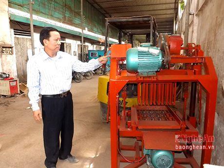 Nong dan sang che may duc gach khong nung duoc nhan Bang khen cua Chu tich tinh - Anh 3