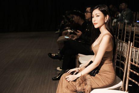 Hoa hau Nguyen Lam Cuc the hien kha nang 'bien hoa' tai tinh tai VDFW - Anh 4