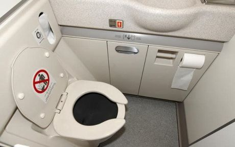 Dieu gi xay ra khi ban giat nuoc trong WC may bay? - Anh 1