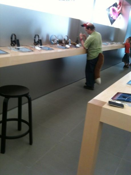 Nhung hinh anh hai huoc chi co tai Apple Store - Anh 2