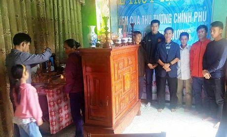 HLV Hoang Anh Tuan cung U19 Viet Nam tham ron lu Quang Binh - Anh 1