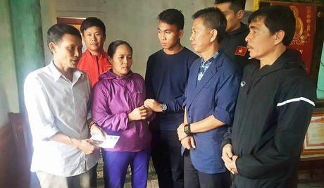 HLV Hoang Anh Tuan cung U19 Viet Nam tham ron lu Quang Binh - Anh 2
