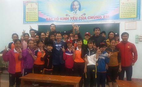 HLV Hoang Anh Tuan cung U19 Viet Nam tham ron lu Quang Binh - Anh 3