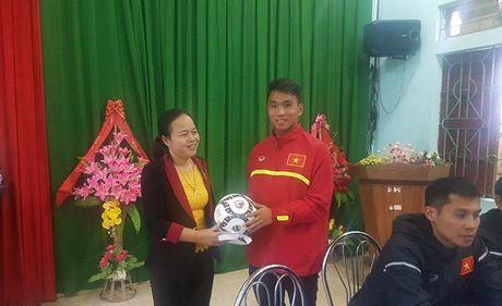 HLV Hoang Anh Tuan cung U19 Viet Nam tham ron lu Quang Binh - Anh 4