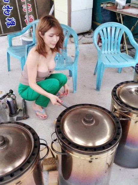 Co chu cua hang thit nuong khoe than hinh nong bong de cau khach - Anh 4