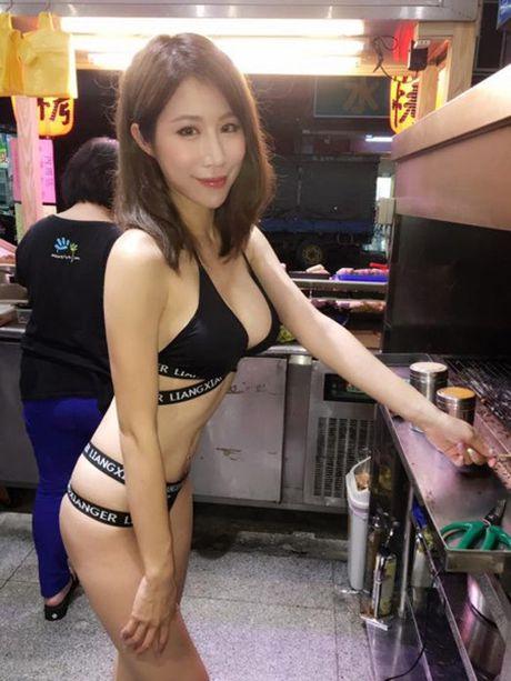 Co chu cua hang thit nuong khoe than hinh nong bong de cau khach - Anh 6