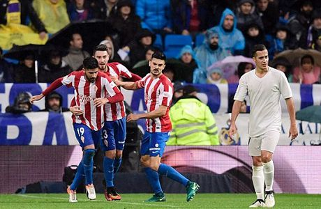 Real Madrid 2-1 Sporting Gijon: Sap trao Bong vang, Ronaldo 'no sung' tung bung - Anh 3