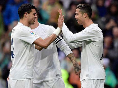 Tai sao cau thu Real Madrid mac quan ao 'trong suot' truoc Gijon? - Anh 2