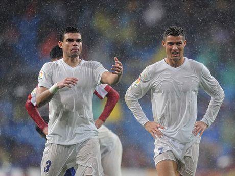 Tai sao cau thu Real Madrid mac quan ao 'trong suot' truoc Gijon? - Anh 3