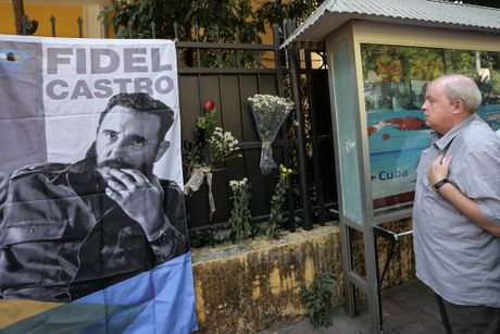 Le vieng cam dong Lanh tu Fidel Castro tai Dai su quan Cuba - Anh 1