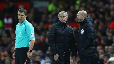Man Utd lai hoa: Mourinho, hay tam biet chuc vo dich di! - Anh 2