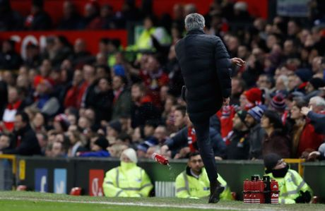 Mourinho co the bi cam chi dao 6 tran - Anh 1