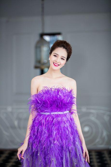 A hau Hoang Anh khoe vai tran giua troi dong Ha Noi - Anh 3