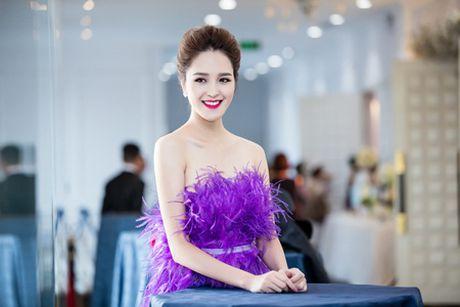 A hau Hoang Anh khoe vai tran giua troi dong Ha Noi - Anh 4