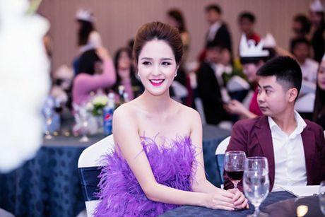 A hau Hoang Anh khoe vai tran giua troi dong Ha Noi - Anh 6