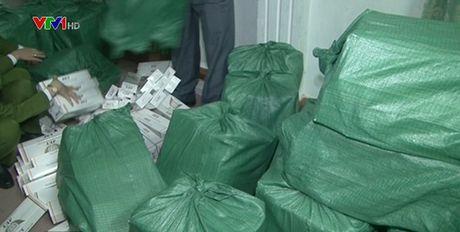 TT-Hue: Phat hien vu van chuyen trai phep 10.000 goi thuoc la - Anh 1